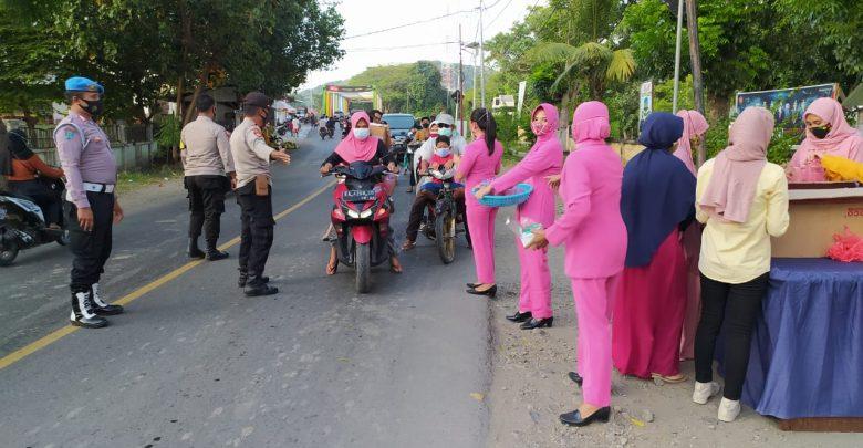 Gandeng Bhayangkari, Polsek Alas Bagikan Takjil Hingga Masker Gratis