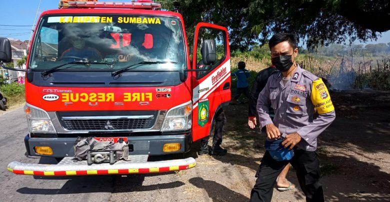 Anggota Polsek Moyo Hilir Bantu Padamkan Kebakaran Rumah Warga