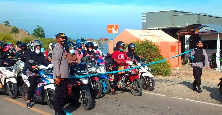 Antrian Panjang di Pelabuhan Poto Tano Menjelang Lebaran Ketupat