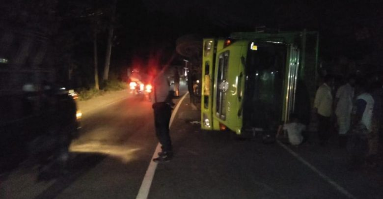 Kecelakaan Lalulintas, Truck Terguling pada Dua Lokasi di Lembar