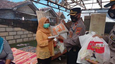 Satbinmas Salurkan Paket Sembako Kepada Warga Terdampak Banjir Rob