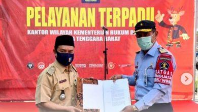 Penyerahan SK Penetapan Desa Binaan Sadar Hukum di Lombok Barat