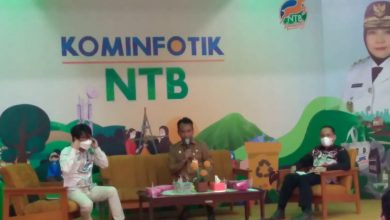 "Pemerintah Provinsi NTB melalui Dinas Kominfotik dan Komisi Penyiaran Daerah Indonesia Daerah (KPID), menggelar sosialisasi untuk mendorong percepatan Pelaksanaan teknis penghentian Analog Switch Off (ASO) atau digitalisasi penyiaran di NTB, Senin (28/6/2021) di Aula Gemilang Dinas Kominfotik. Mengawali kegiatan sosialisasi dan diskusi yang dikemas dalam ""Sharing Session"", Kadis Kominfotik NTB Dr. Najamamuddin Amy, S. Sos., MM., menegaskan pemerintah daerah berkomitmen mendukung upaya migrasi TV ke analog ke TV digital sejak awal. ""Apalagi Dinas Kominfotik NTB merupakan representasi Kemenkominfo RI di daerah, harus secara masif memperkenalkan perubahan teknologi dalam pertelevisian,"" kata Bang Najm. Untuk itu, perlu terus dibangun kesadaran bersama baik pemerintah dan lembaga penyiaran di daerah duduk bersama menyatukan persepsi untuk mendiskusikan semua persoalan tentang ASO, demi kemajuan NTB yang lebih Gemilang. ""Wadah dan forum seperti ini harus rutin kita adakan untuk dapat mencairkan semua hal,""ucap mantan Karo Humas NTB didepan 20 pimpinan lembaga penyiaran se-NTB. Sementara itu, Komisioner KPI Pusat, Mohamad Reza mengapresiasi upaya dan langkah Dinas Kominfotik dan KPID NTB dalam melakukan percepatan migrasi TV digital. ""Kami akui NTB ini merupakan provinsi yang sering melakukan sosiasialisasi dan mendorong lembaga penyiaran di daerah untuk segera migrasi ke tv digital,""ujar Reza. Bahkan, ungkap pria asal Makasar ini, bahwa gagasan dan ide migrasi TV Digital ini, kita diskusikan beberapa tahun lalu ketika Rakor KPI Pusat di NTB. ""Maka saya yakin NTB akan cepat melakukan migrasi,"" tutupnya. Hal sama dikatakan Kepala TVRI Stasiun NTB, Sanny Damanik, S.Pd., M.I.Kom, menjelaskan terus berkomunikasi dengan Bang Najm sejak awal pindah. ""Banyak hal kita bicarakan, terlebih persoalan sosialisasi migrasi tv digital ini,""ungkap wanita yang baru 3 bulan menjabat sebagai Kepala TVRI NTB. Pihaknya sebagai lembaga TV pemerintah juga mulai dari pusat hingga daerah terus me"