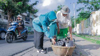 Terima Paket Sembako, Pedagang Apresiasi Bantuan dari Ibu Niken